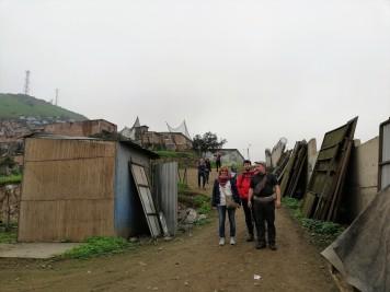 In visita nei luoghi dove si riparerà la casa di una famiglia